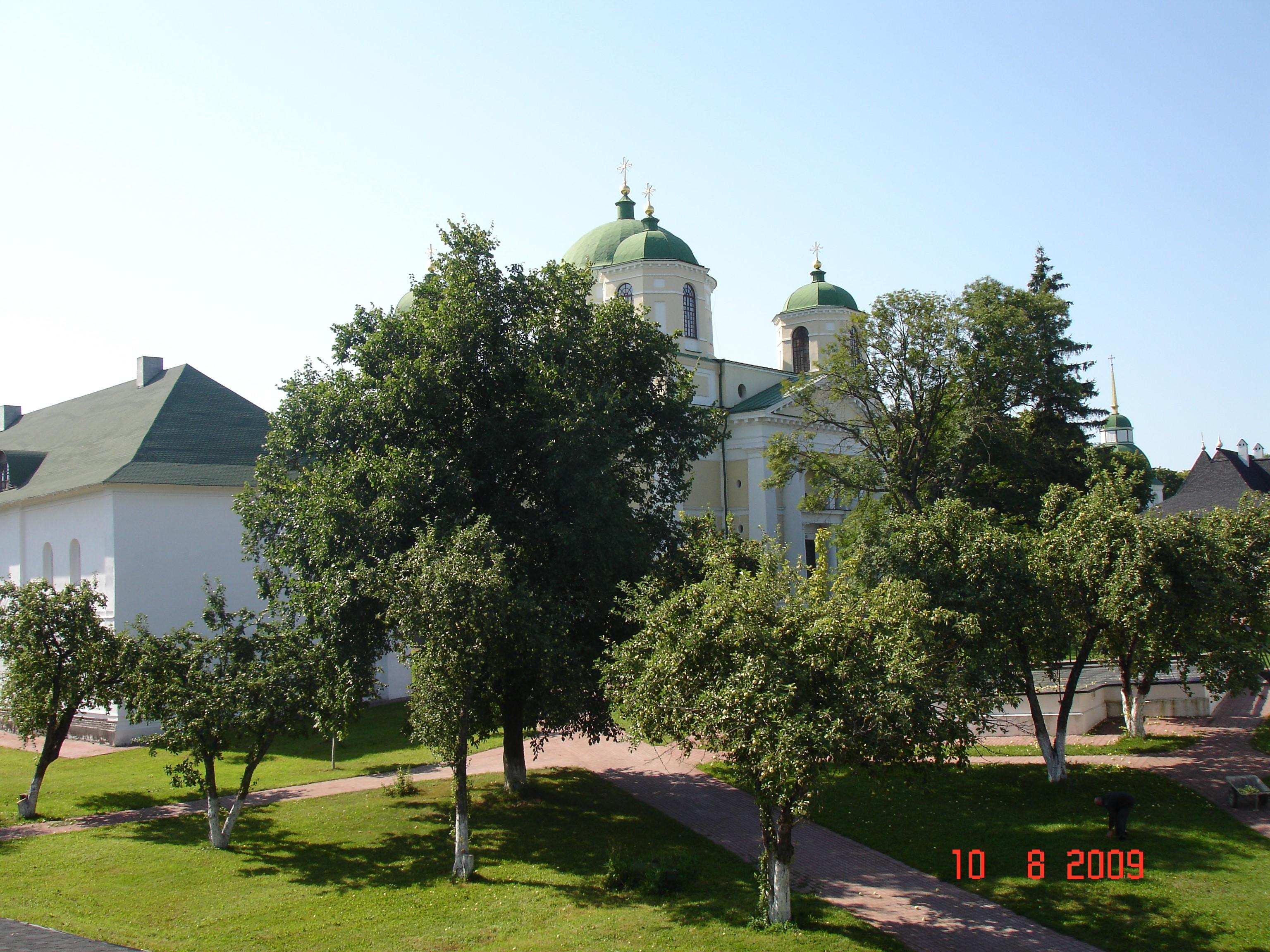 Так виглядає влітку старовинний Новгород-Сіверський Спасо-Преображенський монастир. Фото — Тетяна Чернецька (2009).