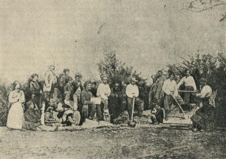 Селяни копають могилу великому братові-Кобзареві на Чернечій горі коло Канева. Фото 1861 року.