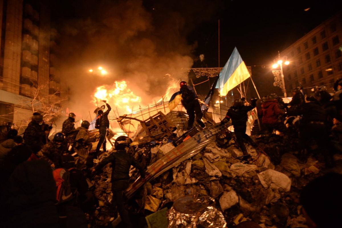 Барикадні бої ввечері 18 лютого 2014 року на київському Майдані. Фото — Mstyslav Chernov.
