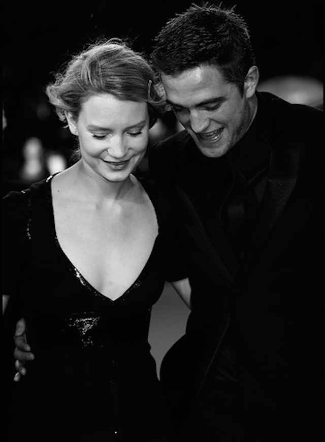 24-mia-wasikowska-and-robert-pattinson-by-valerie-hache-afp.png