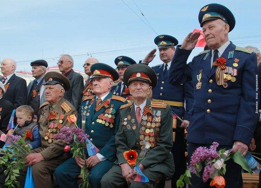 1430576094_na-parade-pobedy-v-donecke-na-glavnuyu-tribunu-podnimutsya-veterany.jpg