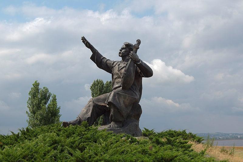 Канів. Пам'ятник Кобзарю на лівобережному в'їзді до міста, перед греблею Канівської ГЕС.