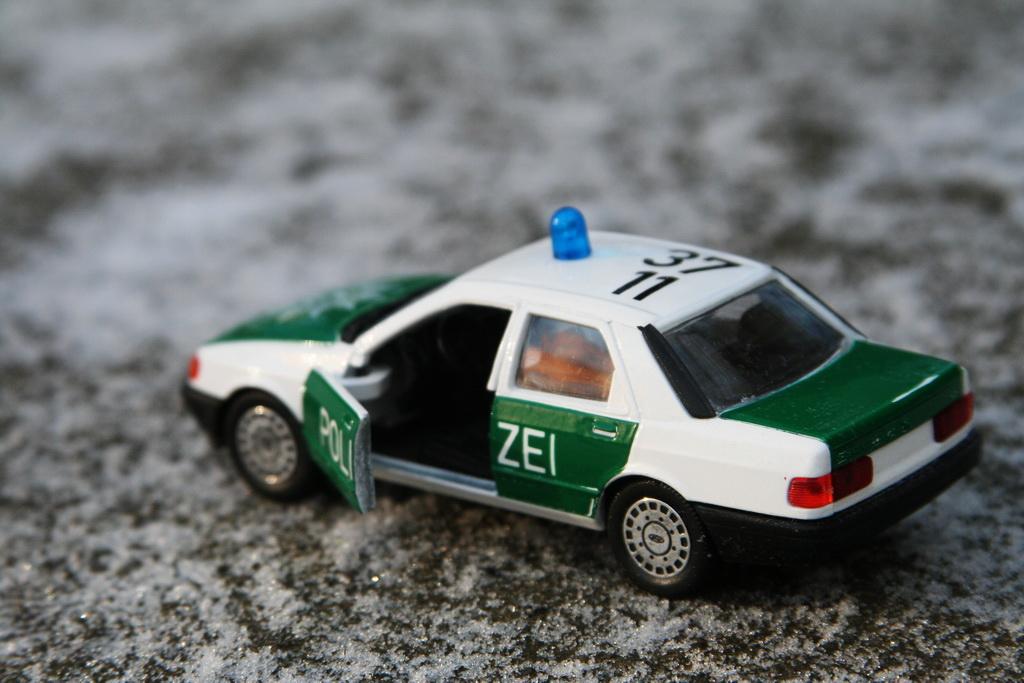 Ford Sierra Ghia 4-door 2.0i Police Schabak '1982–87 7.jpg