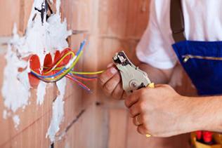 Безопасность выполнения электропроводки в деревянном доме