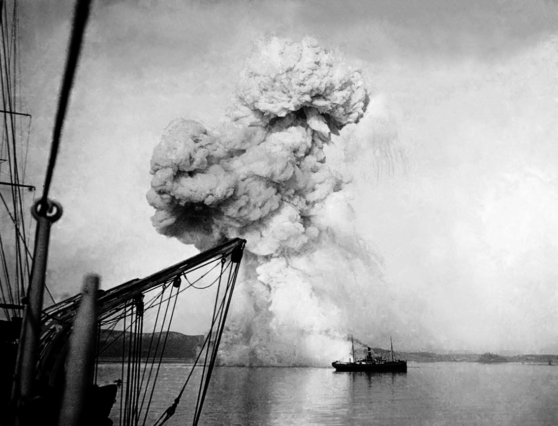 Варяг Кореец Russian_gunboat_Korietz_blown_up_at_Chemulpo 2.jpg