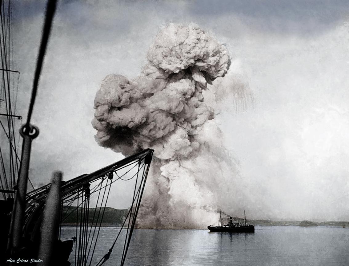 Варяг Кореец Russian_gunboat_Korietz_blown_up_at_Chemulpo  1.jpg