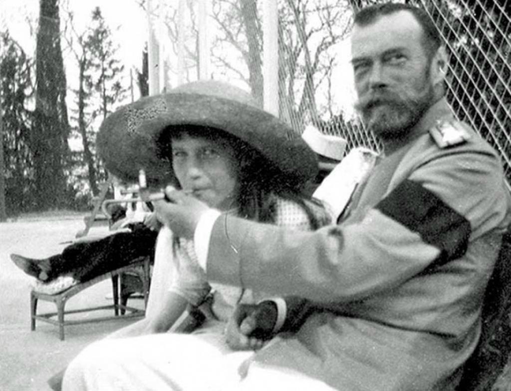 Царь Николай II шутливо позволяет его дочери, великой княгине Анастасии, курить..jpg