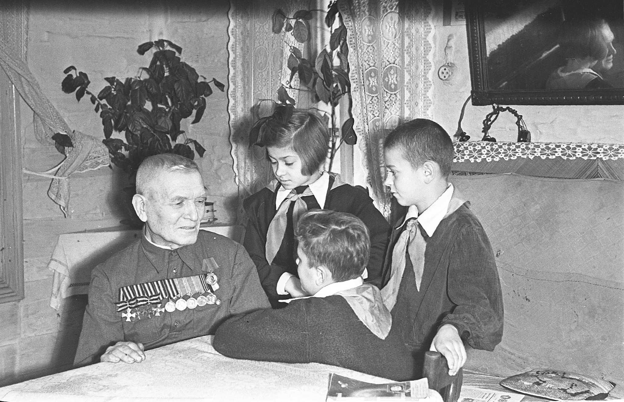 Пионеры поздравляют ветерана с праздником.