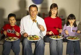 семья есть перед телевизором.jpg