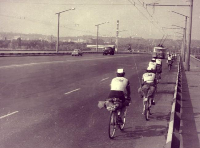 1980-е-годы.-Велосипедисты-на-Московском-мосту-вид-сзади-e1390246025804.jpg