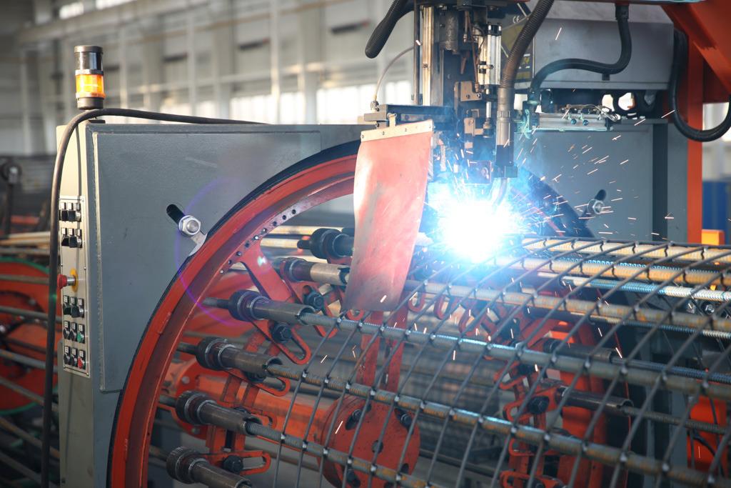 Сварка арматурных каркасов на заводе