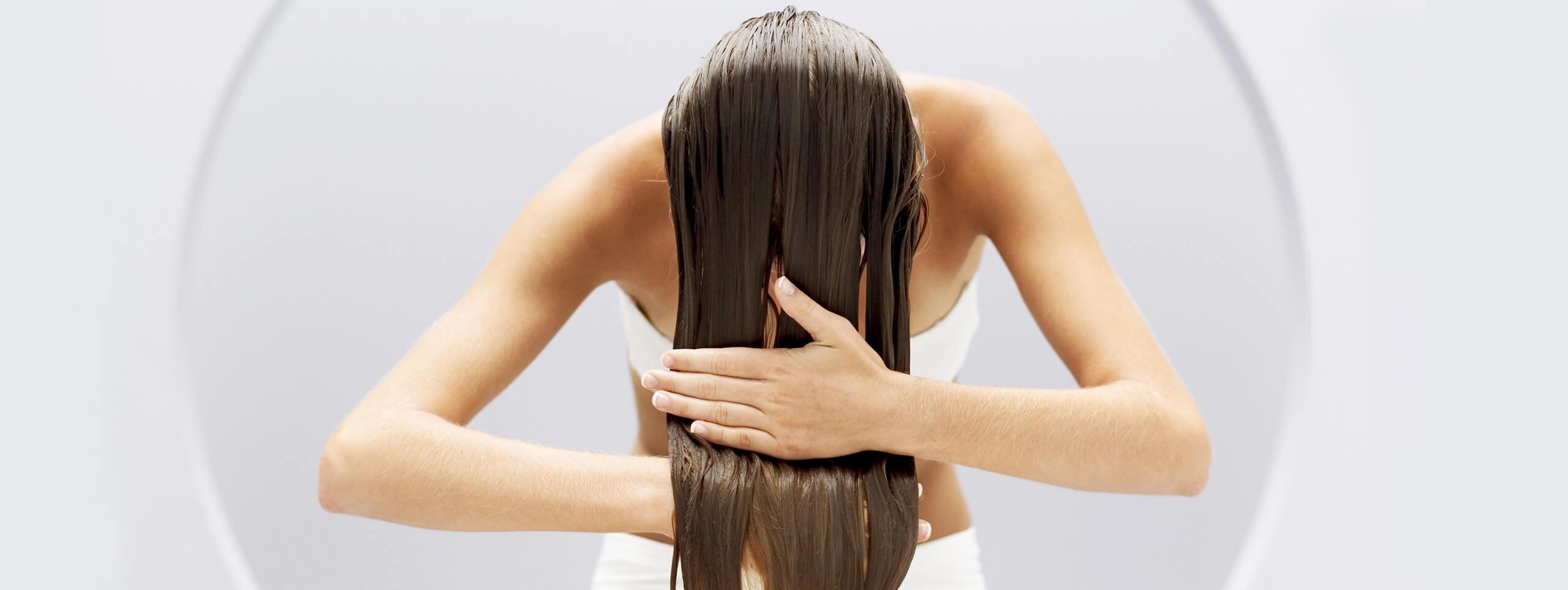 Наносим кондиционер для волос