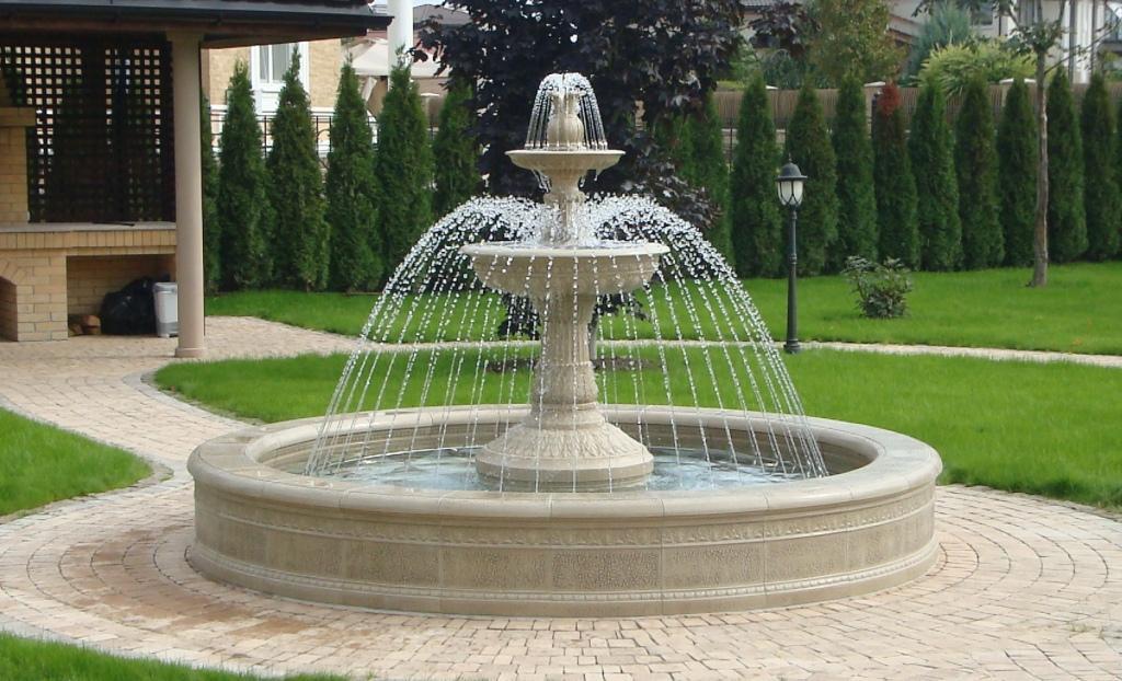 Мраморный фонтан в саду