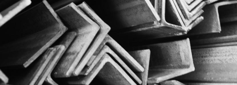 Горячекатанные стальные уголки на складе