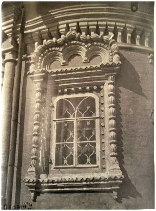 пятницкая церк окно апсиды южного придела-001.jpg