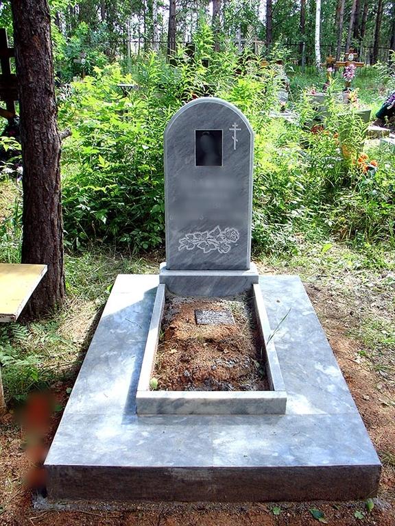 памятник на кладбище.jpg