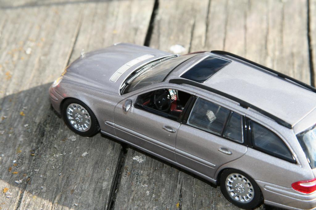 Mercedes-Benz E-Klasse T-Modell (S211) '2002–06 Minichamps 13.jpg