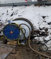 Восстановление перепускной трубы под дорогой d-900 мм стеклопластиковым чулком, процесс полимеризации.