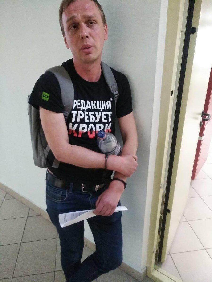 Вид корреспондента Медузы в футболке RT мог бы и заставить задуматься