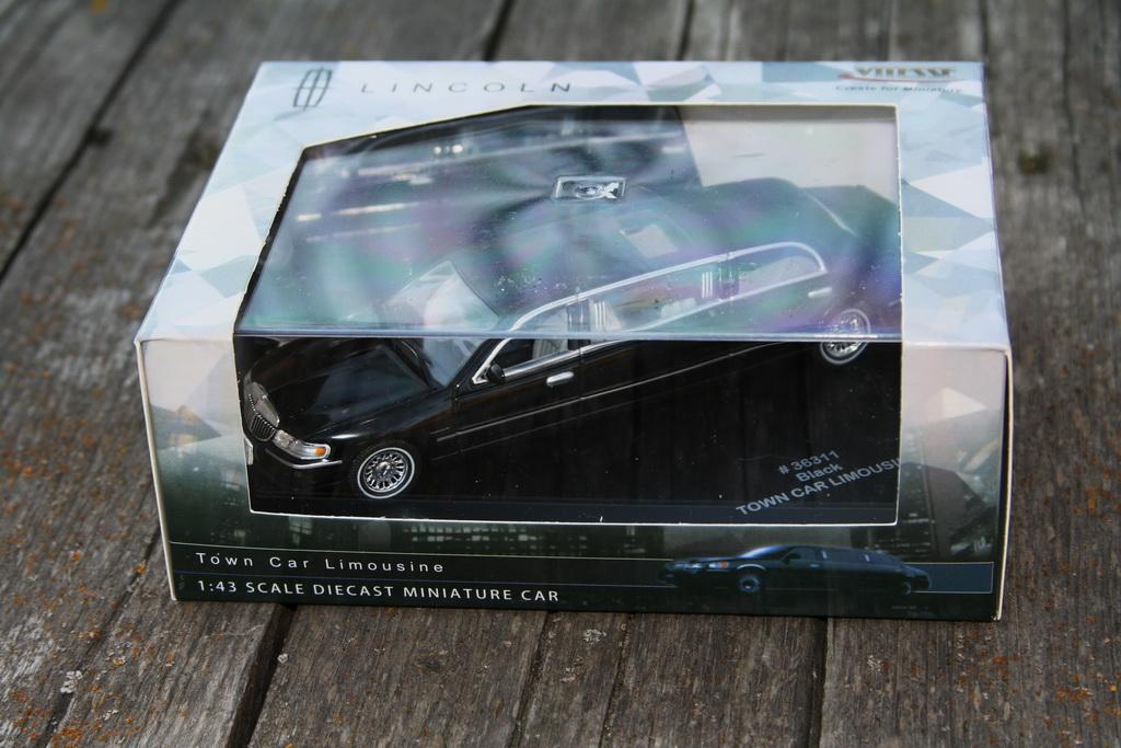 Lincoln Town Car Limousine '2003–11 Vitesse 17.jpg