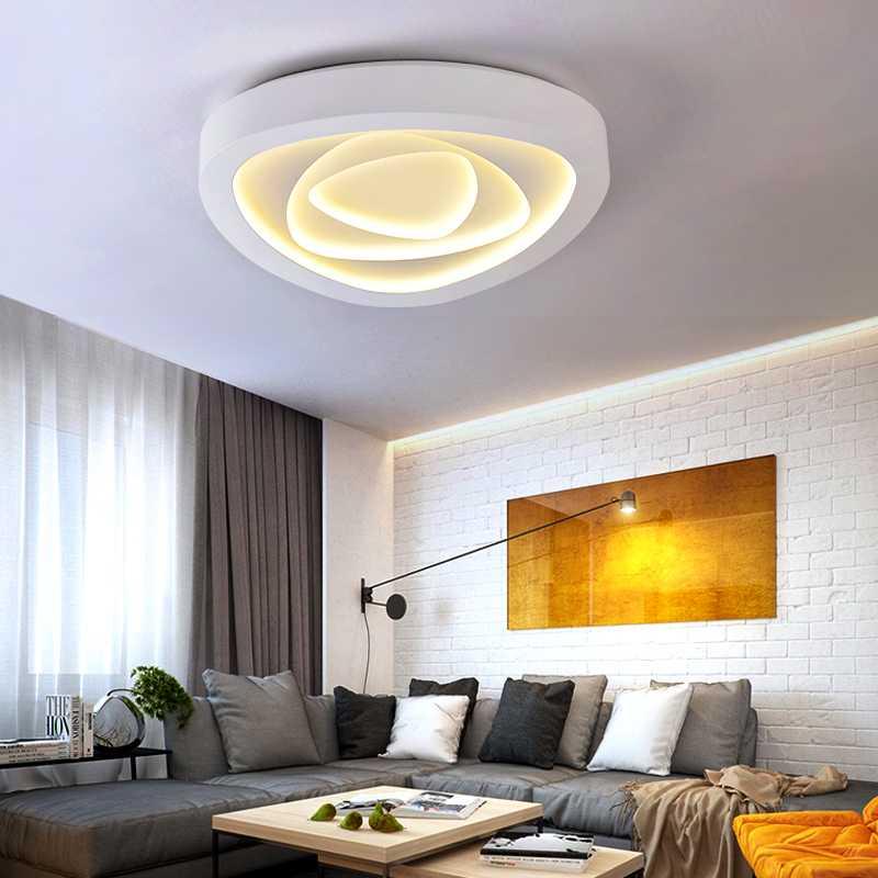 Красивая потолочная люстра в гостиной