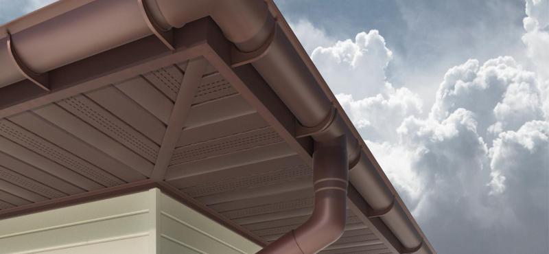 ремонт пластикового водотсока на крыще частного дома