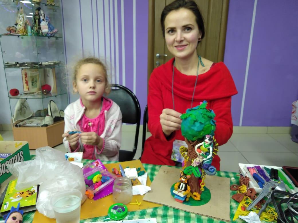 КОСТОВА ЕВГЕНИЯ ВИКТОРОВНА и ее дочь ГАЛЯ за конкурсной работой.JPG