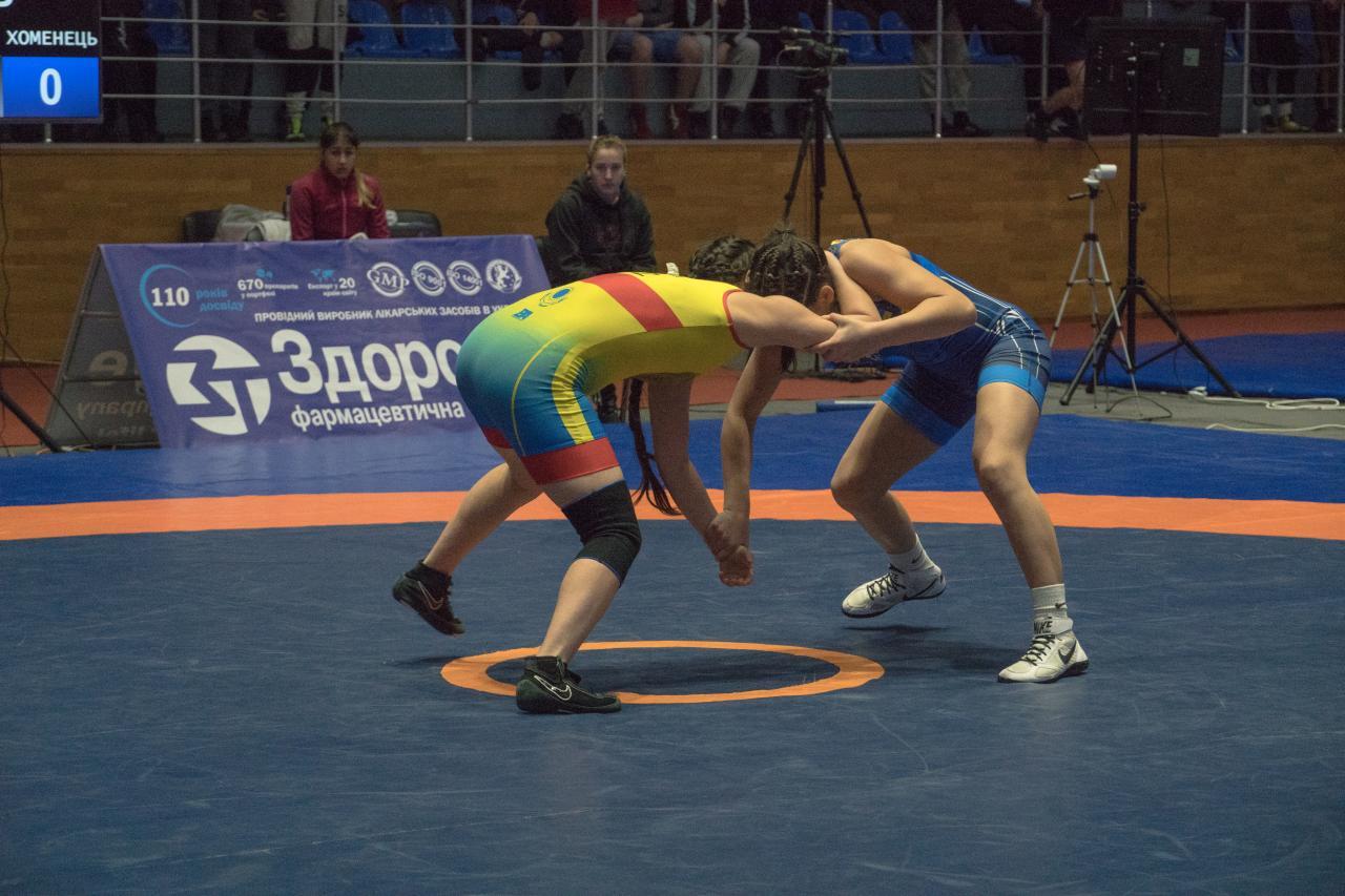 Девушки борются за победу в турнире.jpg
