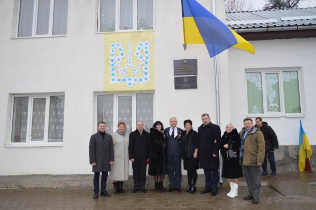 На фасаді Малораковецької ЗОШ І-ІІ ст. відкрито пам'ятну дошку з нагоди 30-річчя встановлення українського синьо-жовтого прапора над будівлею школи