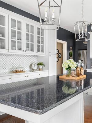 какую столешницу подобрать к белой кухне — серая столешница фото