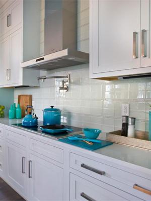 какую столешницу подобрать к белой кухне — столешница из ударопрочного стекла фото