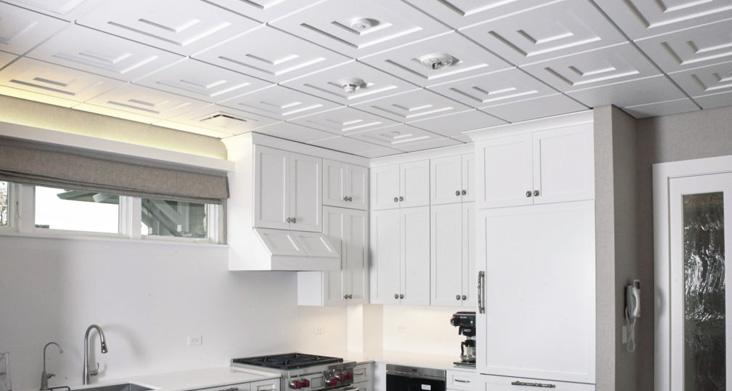 потолок на кухне варианты отделки эконом класса — полимерная плитка фото