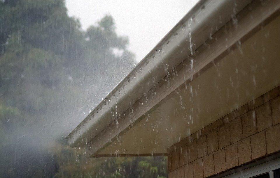 водосток в дождь