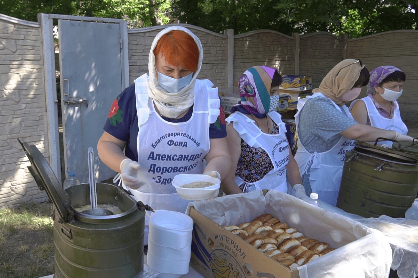 Для прихожан приготовили горячую кашу и пирожки с вкусным чаем.png