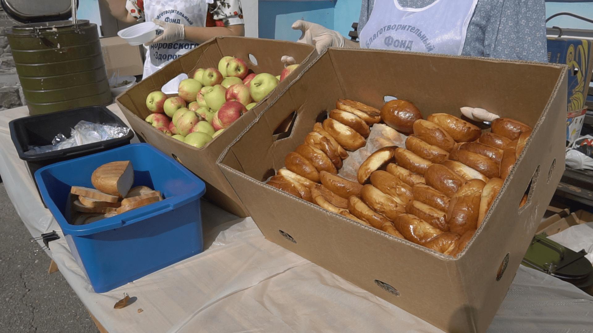Людей угощади кашей, яблоками и пирожками.png