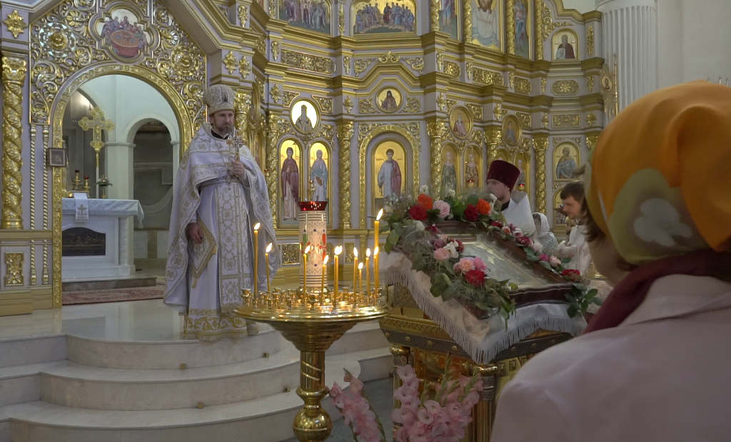 Отец Василий проводит службу в храме Жен-Мироносиц.png