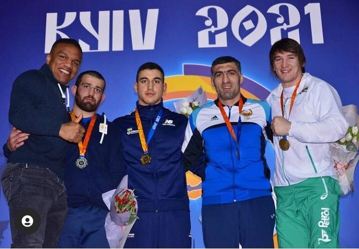 Семен Новиков в центре.jpg