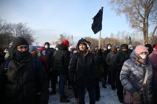 другой нес на палке синие трусы (на такие, по версии сторонников Навального, мог быть нанесен отравивший оппозиционера яд)..jpg